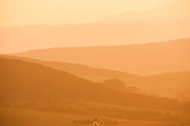 Aufgenommen von derselben Stelle wie das vorherige Foto. Hier wurde mithilfe des Teleobjektivs ein kleines Detail der Landschaft hervorgehoben (ein Teil des Horizonts, ungefähr in der Mitte des oberen Bildes). Nach der Aufnahme wurde eine Weißabgleich-Bearbeitung durchgeführt, um die Farbtöne des Bildes vorsätzlich stark in Richtung Orange zu verschieben. Canon 40D, EF-S Canon 55-250 mm F4-5.6 USM, 1/250 s, F8.0, ISO 100, focus 194 mm.