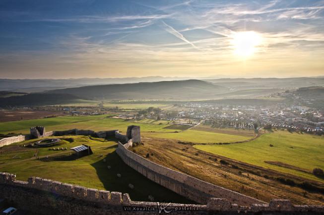 Ein Gesamtüberblick von einem Schloss aus, mit Weitwinkelobjektiv. Canon 40D, EF-S Canon 10-22 mm F3.4-4.5 USM, 1/200 s, F8.0, ISO 100, focus 13 mm.