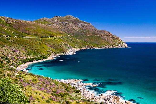Das Meer in der Nähe von Kapstadt. Die Küsten- und Berglinie führt das Auge. Canon 40D, Canon EF-S 18–50 mm F3.5–5.6, 1/200 s, F7.1, ISO 400, focus 23 mm.