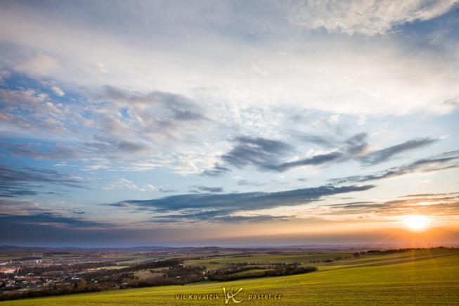 Ein Bergkuppen-Sonnenuntergang. Wenn Sie außerdem ein paar dramatische Wolken dazunehmen, erhalten Sie die Art von Bild, die jeder liebt, nur…dass es hier nichts wirklich Auffallendes zu sehen gibt. Canon 5D Mark II, EF Canon 16–35 mm F2.8 II USM, 1/100 s, F9.0, ISO 100, focus 20 mm.