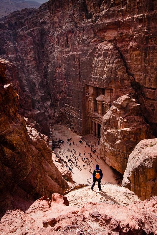 Die in Stein gemeißelte Stadt Petra in Jordan. Die Gestalten meines Freundes oben und der Touristen unten geben eine grobe Einschätzung der Größe. Canon 40D, EF-S Canon 10–22 mm F3.4–4.5 USM, 1/160 s, F8.0, ISO 100, focus 22 mm.