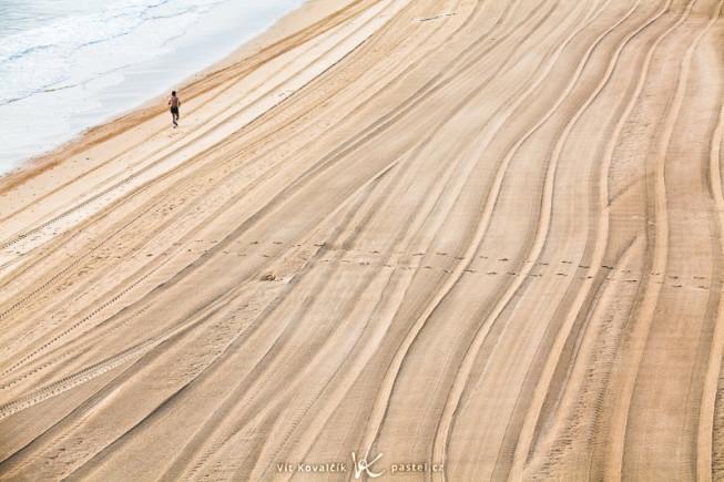 Ein morgendlicher Strand nach Präparierung mit einem Sportler. Ohne den Jogger wäre dieses Bild langweilig. Canon 5D Mark II, EF Canon 70–200 F2.8 IS II USM, 1/25 s, F8.0, ISO 100, focus 115 mm.