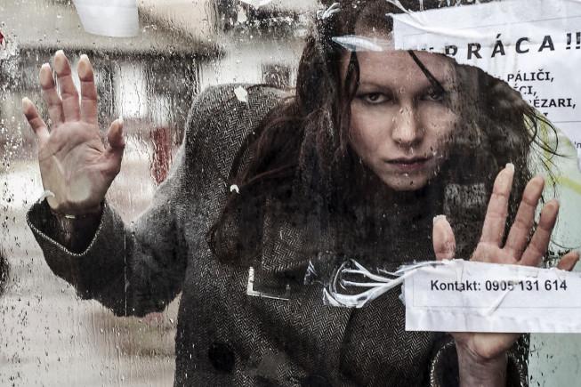 """Die Regentropfen formen auf dem Glas eine interessante Struktur.  Das zerrissene Schild mit der Aufschrift """"Arbeit"""" gibt dem Foto  eine Geschichte . Foto: Majo Elias"""