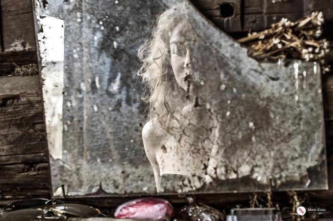 Der Schmutz des alten Spiegels hat ebenfalls beeindruckende Formen angenommen. Das Foto wirkt auf diese Weise nostalgisch. Foto Majo Elias