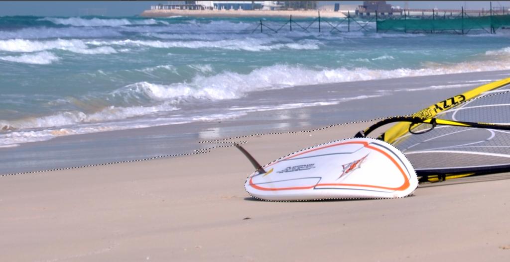 Ziehen Sie von der Auswahl das Surfbrett ab – erzeugen Sie mit dem magnetischen Lasso bei gleichzeitigem Halten der Strg-Taste einen weiteren Bereich.