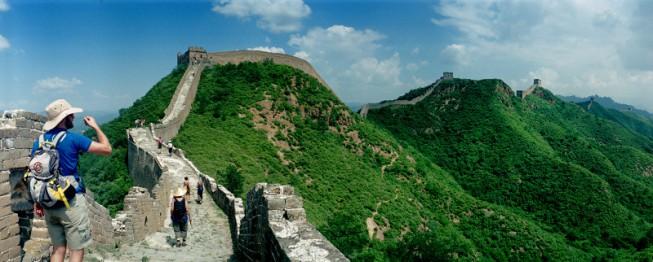 Dank der Gestalten auf der Chinesischen Mauer kann man sich ihre Größe besser vorstellen.