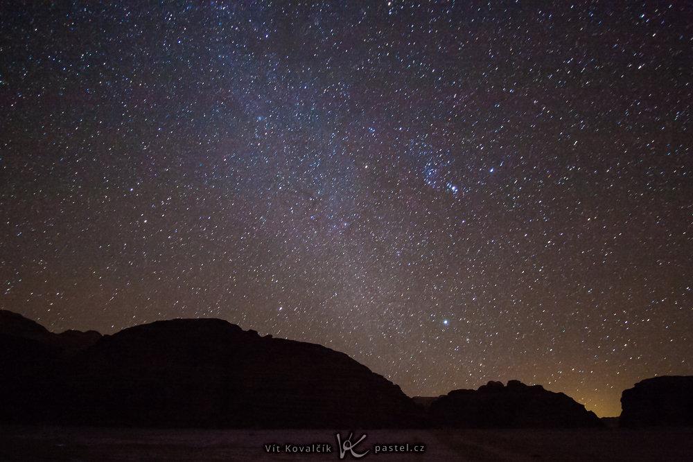 Himmel während dunkler Nacht. Canon 40D, Canon EF-S 10-22/3.5-4.5, 56 s, F3,5, ISO 3200, Brennweite 10 mm