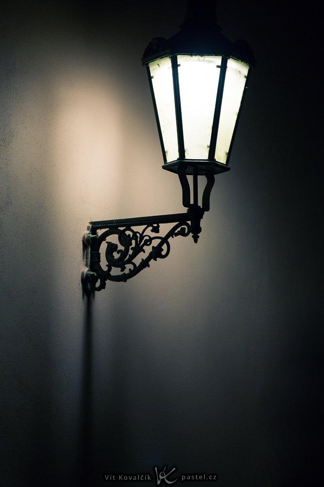 Lampe, aufgenommen mit langer Brennweite und mithilfe eines Bildstabilisators im Objektiv. Canon 5D Mark III, Canon EF 70-200/2.8 IS II, 1,60 s, F2,8, ISO 800, Brennweite 200 mm