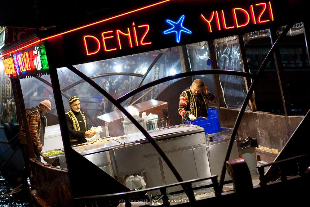Köche auf einem wankenden türkischen Boot. Canon 40D, Canon EF 85/1,8, 1/200 s, F1,8, ISO 400, Brennweite 85 mm