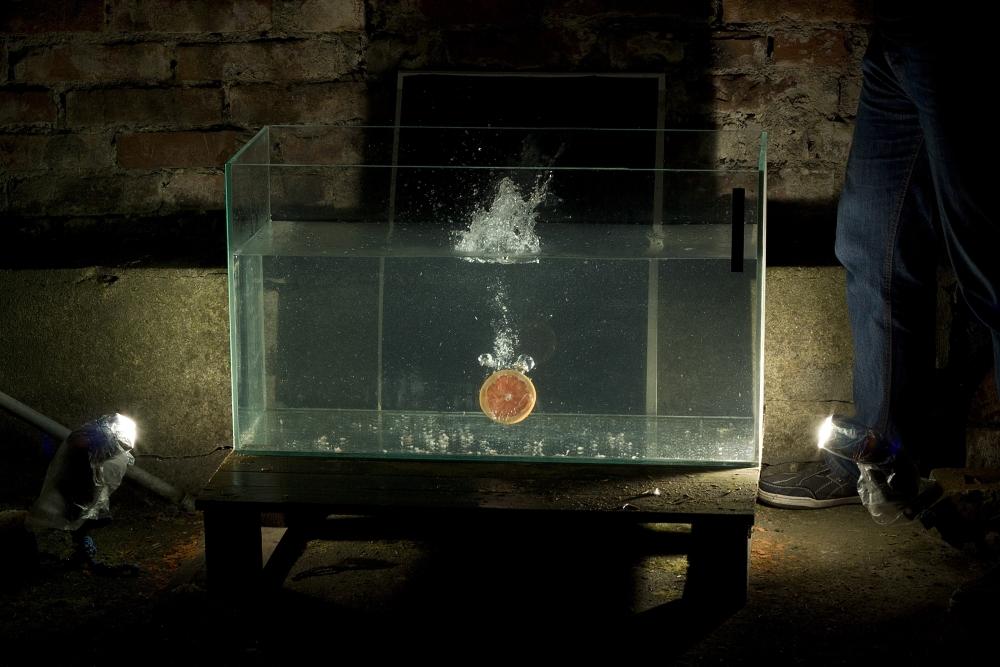 Sie können auch mit mehreren Blitzen experimentieren. Die Aufnahme zeigt die Verschmutzungen im Wasser nach bereits mehrstündigem Einwerfen von Obst. Canon 1000D, EF 50 mm f/1.8 II, 1/200 s, f/9.0, ISO 100.