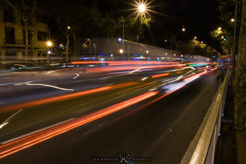 Schlusslichter der Autos in Bewegung. Canon 350D, Sigma 18-50/2.8 EX DC, 4,0 s, F16, ISO 100, Brennweite 18 mm