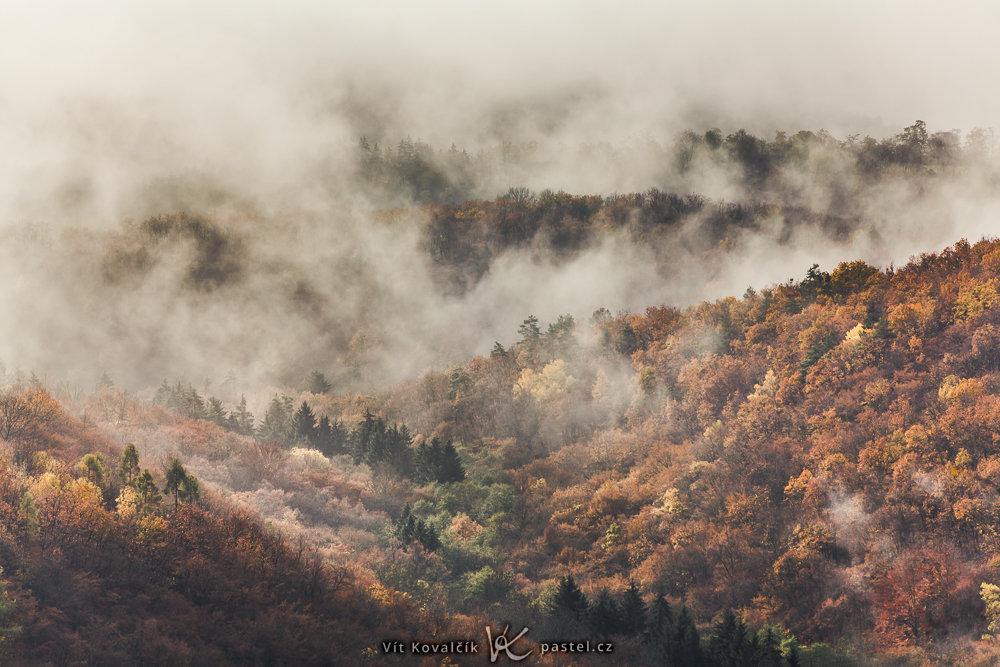 Kleiner Ausschnitt aus einer wolkenbedeckten Landschaft. Es war notwendig sowohl den Kontrast als  auch die Farbsättigung stark zu erhöhen, damit die Hügel besser ersichtlich werden. Canon 5D Mark II, Canon EF 70-200/2.8 IS II, 1/400 s, F8, ISO 100, Brennweite 165 mm