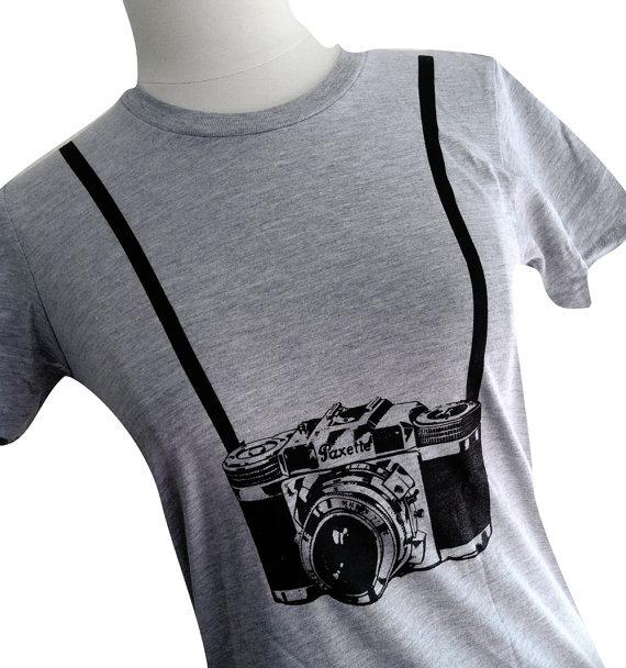 T-Shirts mit Kameramotiven für begeisterte Fotografinnen 11.62 € (etsy.de - theboldbanana)