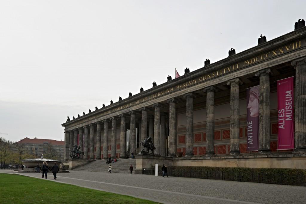 Altes Museum, Berlin. Für die Aufnahme weitläufiger Sehenswürdigkeiten wählen Sie lieber einen größeren Bildwinkel. Fujifilm X-T1, XF14mmF2.8 R, 1/180 s, F5.6, ISO 200, Brennweite 14 mm (21 mm nach Umrechnung auf Kleinbildformat). Bearbeitung der zusammenlaufenden Linien im ZPS.