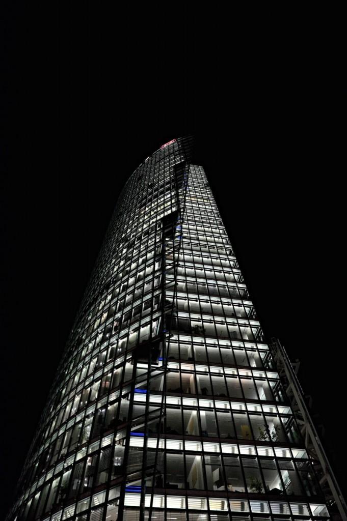 Hochhaus am Potsdamer Platz. Fujifilm X-T1, XF14mmF2.8 R, 1/60 s, F5.6, ISO 4000, Brennweite 14 mm (21 mm nach Umrechnung auf Kleinbildformat)