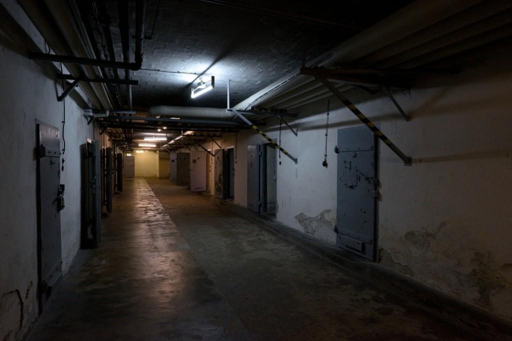 Gang des ehemaligen sowjetischen Untersuchungshaftanstalt Hohenschönhausen. Fujifilm X-T1, XF14mmF2.8 R, 1/30 s, F8.0, ISO 3200, Brennweite 14 mm (EQ35 mm: 21 mm)