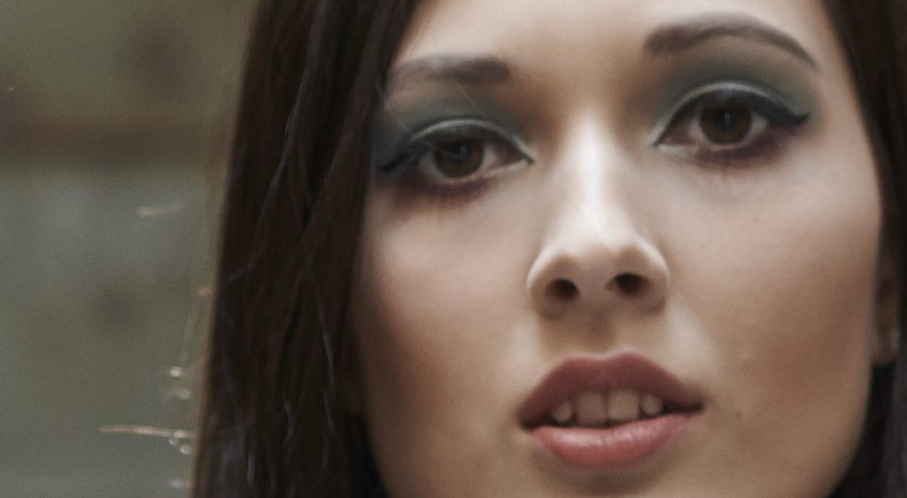 Bild: Ein Bildausschnitt, auf dem das Gesicht außerhalb der Schärfentiefe liegt. Foto: Majo Eliáš.