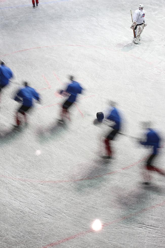 Trainierende Eishockeyspieler, aufgenommen mit Bewegungsunschärfe. Foto: Majo Elias.