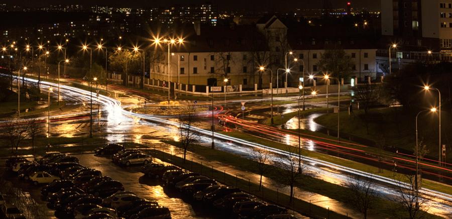 Canon EOS 5D MkII, EF 24-105/4, 30 s, F22, ISO 100, Brennweite 67 mm, Zusammensetzung von 6 Expositionen.  Durch Einstellung einer langen Verschlusszeit entstehen aus den vorbeifahrenden Autos Lichtspuren , die den Verkehr auf der Kreuzung veranschaulichen.