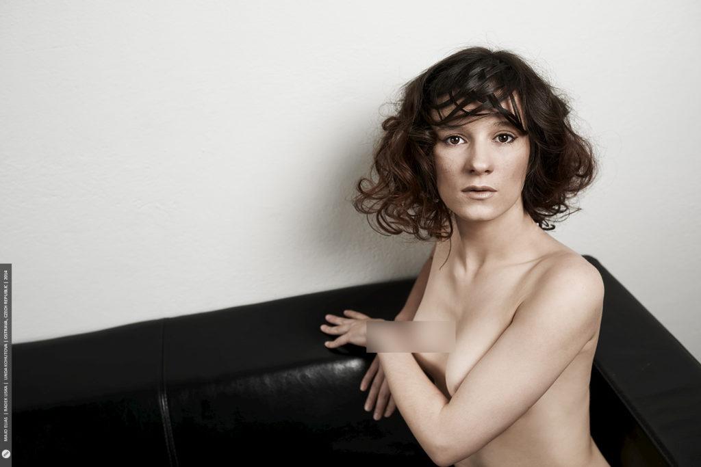 Ein nacktes Porträt umfasst ein Minimum an Elementen.