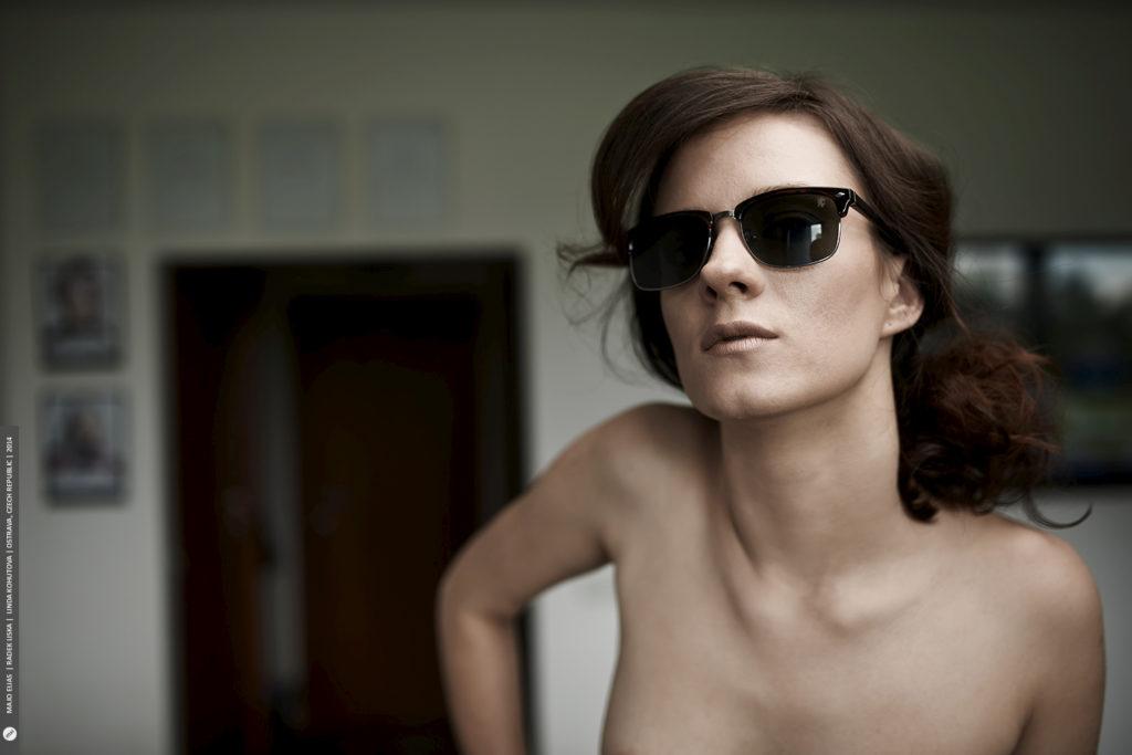 """Die Brille und der Hintergrund sind zu markant und man kann in diesem Fall von keinem """"nackten Porträt"""" mehr sprechen."""