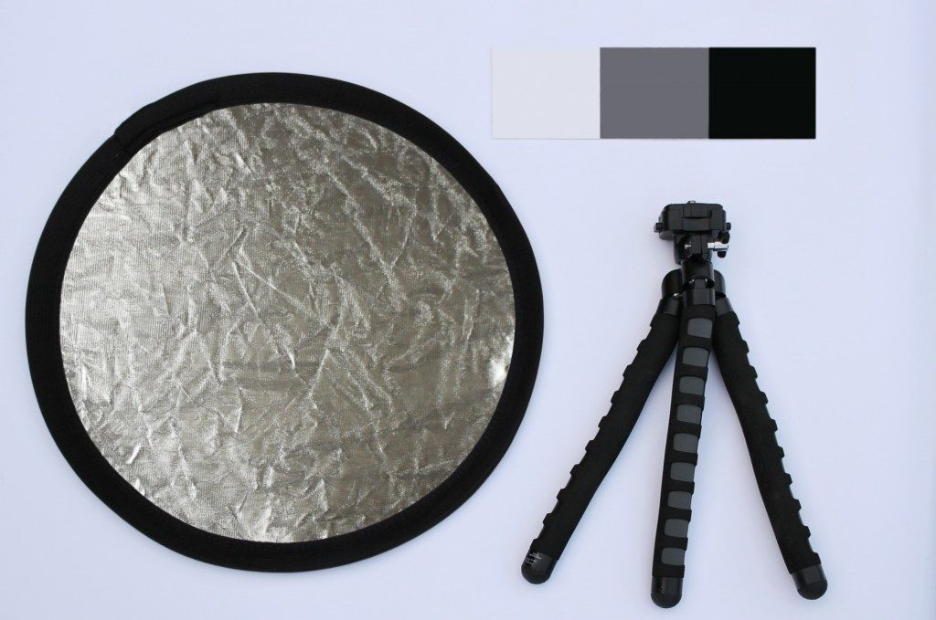 Empfohlene Ausrüstung bei Blütenfotografie: Reflexionsfläche wegen Schatten (klein), Stativ für scharfe Aufnahmen, graue Fläche für die richtige Einstellung des Weißabgleiches.