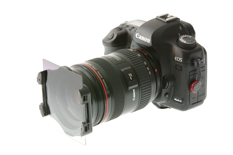 Die Front des Objektivs ist scharf, der Auslöser bereits unscharf. Da das Bild aber als Verbildlichung von Filterhaltern gedacht ist, spielt das in diesem Fall keine Rolle. Canon 5D Mark III, Canon EF 70-200/2,8 IS II, 1/200s, F14, ISO 400, Brennweite 130 mm