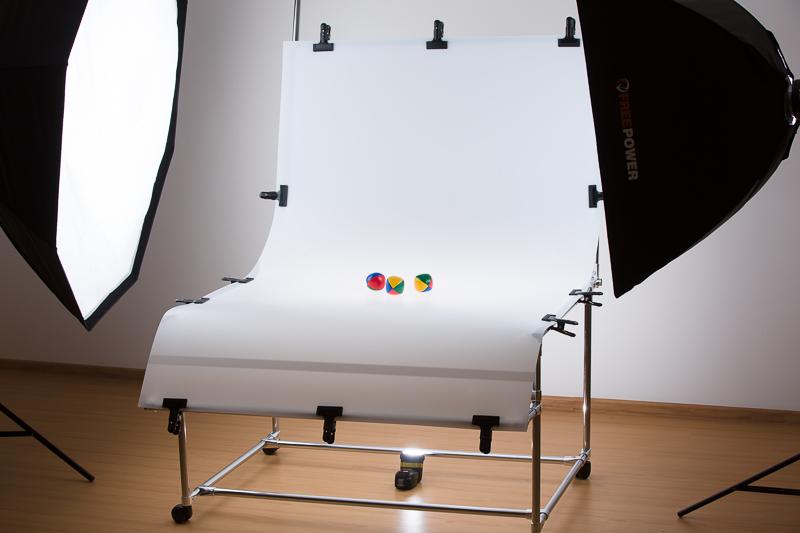 Szene mit Fototisch und drei Lichtern.