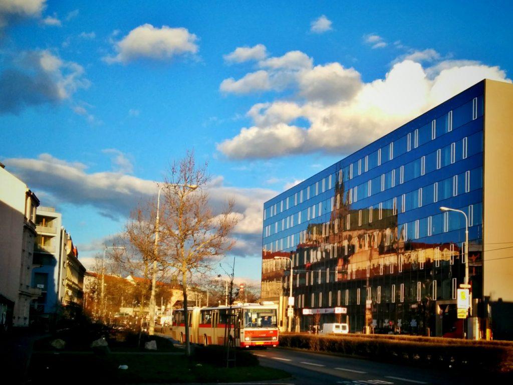 Blick vom brünner Zoner-Sitz auf das gegenüberliegende Gebäude. Eine gewisse kreative Fotoidee ist ersichtlich.