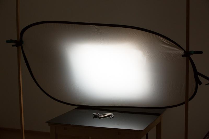 Das hintere Softboxlicht wird auf den Rändern mittels einer transparenten (ansonsten reflektierenden) gestreut. Um dies zu verdeutlichen, wurde die Umgebung im Gegensatz zur tatsächlichen Aufnahmesituation stark aufgehellt.