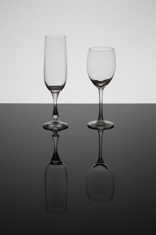 Gläser auf schwarzem Glas.