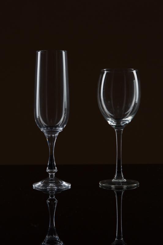 Gläser auf schwarzem Glas mit schwarzer Wand.