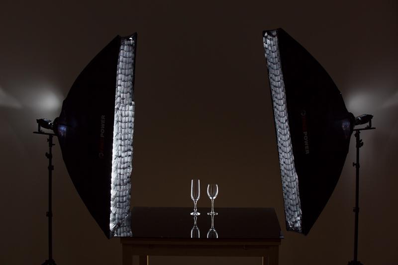 Szenenaufstellung. Im Finalbild wurde nicht der – hier noch ersichtliche – Wabenfilter verwendet, sondern der gesamte Tisch wurde von der Wand weggezogen.