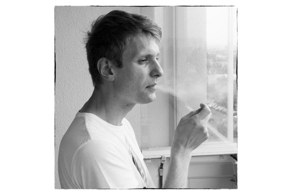Das Fotomotiv ist ganz klar ein rauchender Mann. Das Foto baut den Fotografierten sichtbar in seine Umgebung ein, es beinhaltet jedoch keine für das Hauptmotiv irrelevante und möglicherweise störende Details.