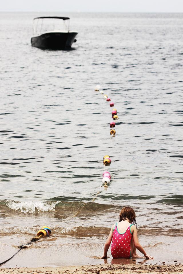 Das Boot, die Bojen und das Kind bilden eine Diagonale.