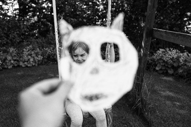 Dank der kürzeren Brennweite konnte ich die Maske, das Kind sowie die Umgebung erfassen.