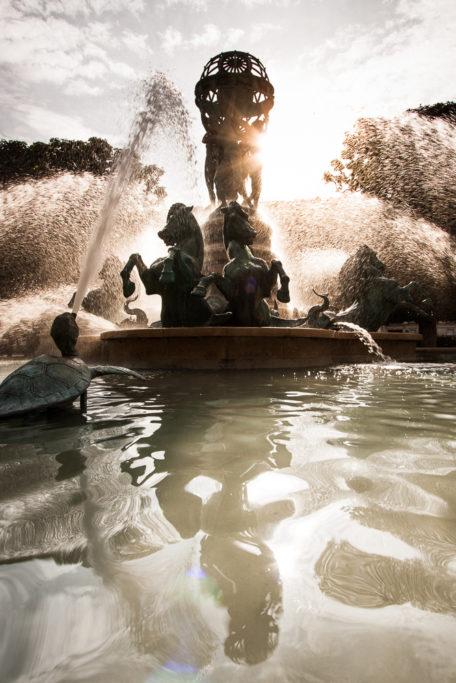 Springbrunnen mit Spiegelung.