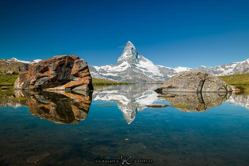 Das Matterhorn spiegelt sich im Wasser wieder.