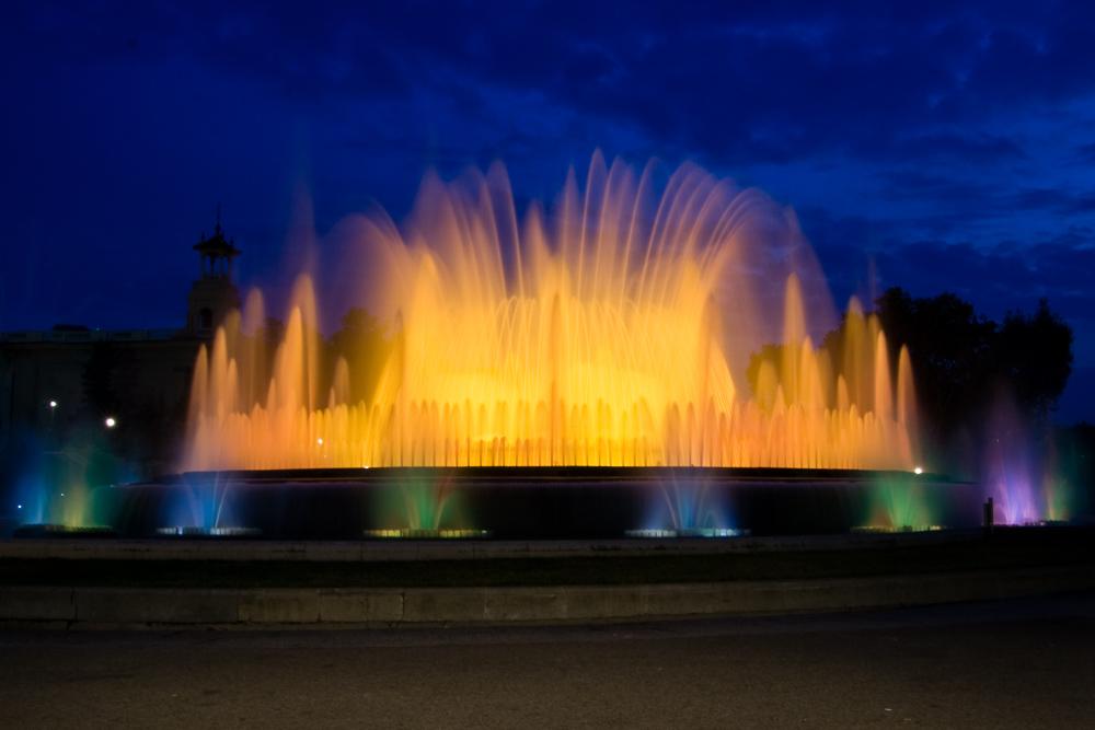 Ein beleuchteter Springbrunnen in Barcelona.