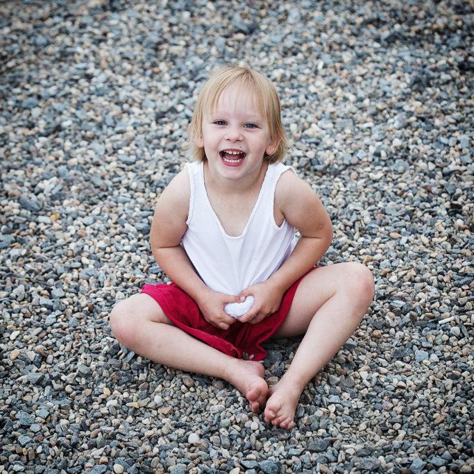 Für viele Kinder sind ganz gewöhnliche Steinchen ein wahres Vergnügen.
