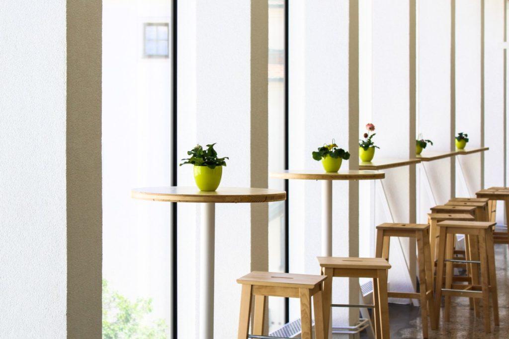 Die Tische auf der Brünner Messe sind vor allem wegen der architektonischen Komposition interessant.