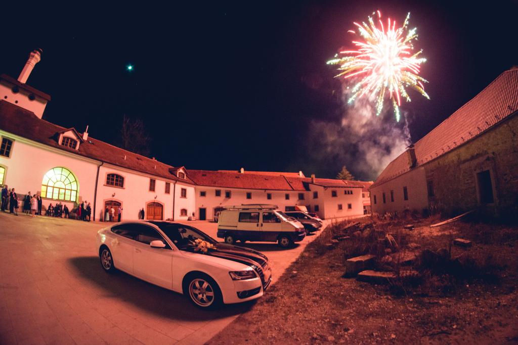 Feuerwerke richtig fotografieren: Der Hof und die Betrachter des Hochzeitsfeuerwerkes.