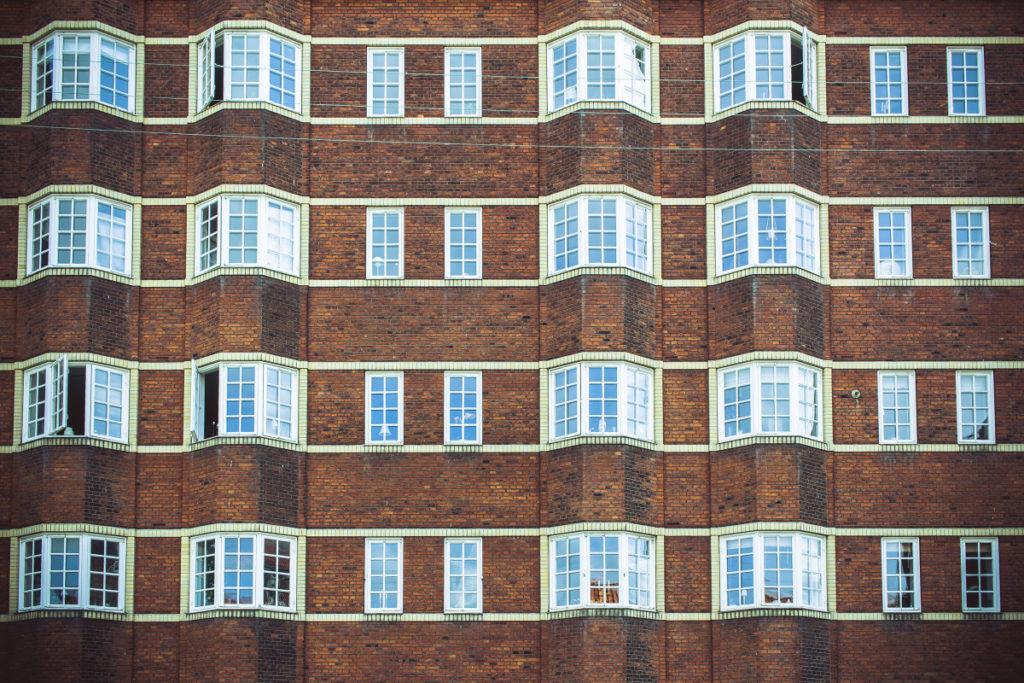 Die Regelmäßigkeit, wie die großen und kleinen Fenster wechseln, verleihen dem Foto einen rhythmischen Eindruck.