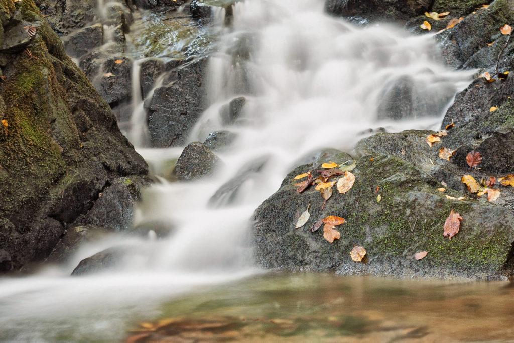 Ein Wasserfall im Herbst bei der Verwendung einer langen Belichtungszeit.