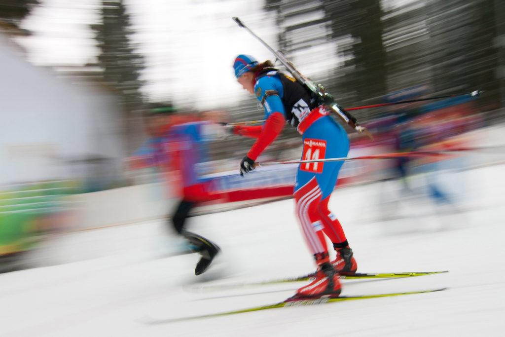 Verwendung der Panning-Technik beim Sport, in diesem Fall beim Biathlon.