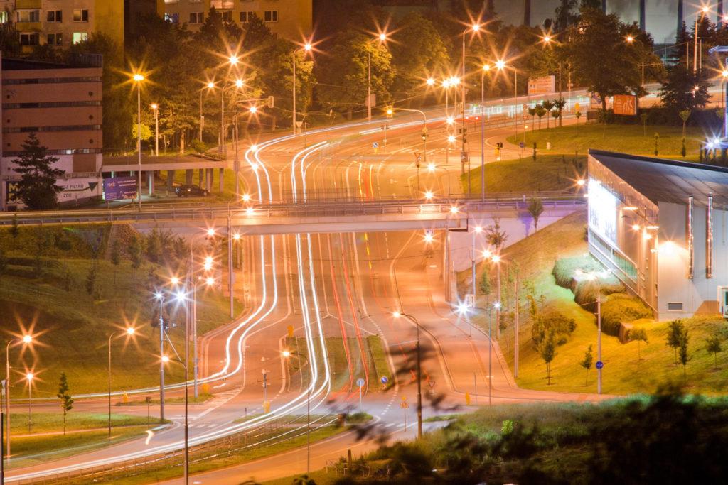 Licht und Bewegung der Stadt bei Nacht.