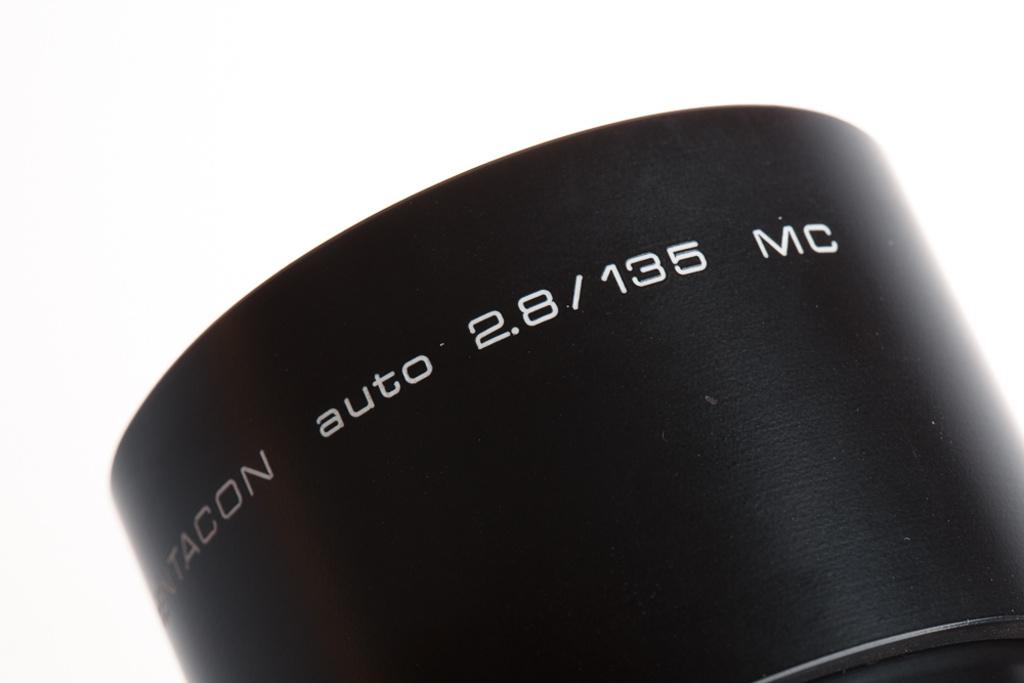 Was bedeuten die ganzen Abkürzugnen auf den Objektiven: Ein altes Pentacon auto 2.8/135 MC.