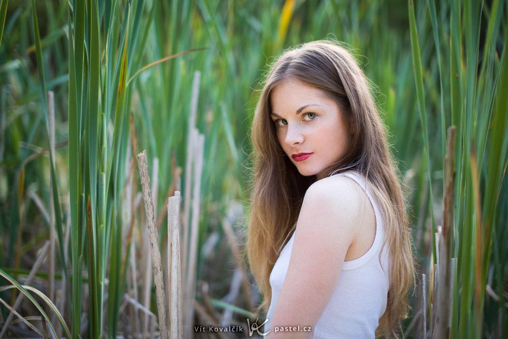 Wie man Porträts bei Gegenlicht macht: Das Model steht in der Sonne, aber hinter ihr liegt der Hintergrund im Schatten.