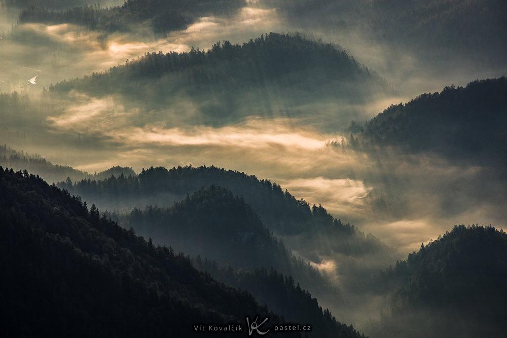 Wie man bei Nebel fotografiert: Detailaufnahmen von Hügeln.