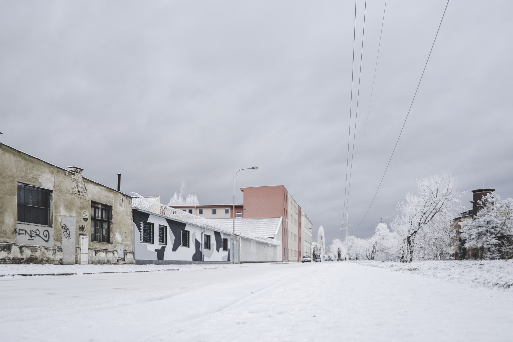 Industriegebiete, die vom Schnee bedeckt werden, bieten eine völlig andere Atmosphäre.